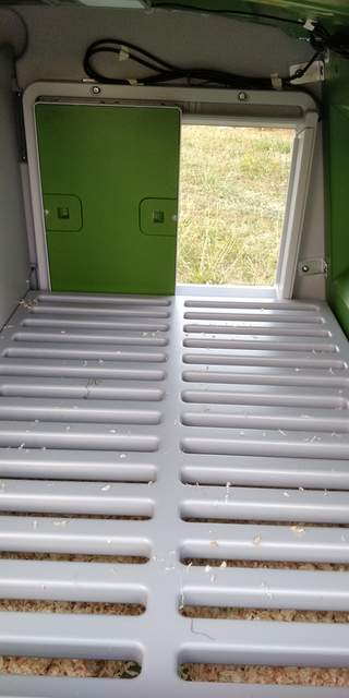 Vue de l'installation de la porte et de ses fils depuis l'intérieur d'un eglu cube