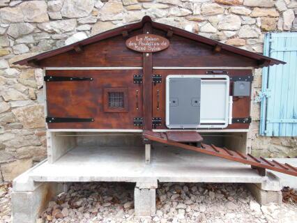 """Intégration d'une porte automatique """"OMLET"""" sur un poulailler fait maison, à partir de vieux clapiers"""