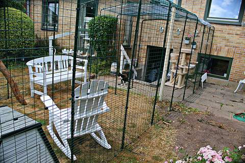Kattegård bygget ind over trappe...fungerer fint.