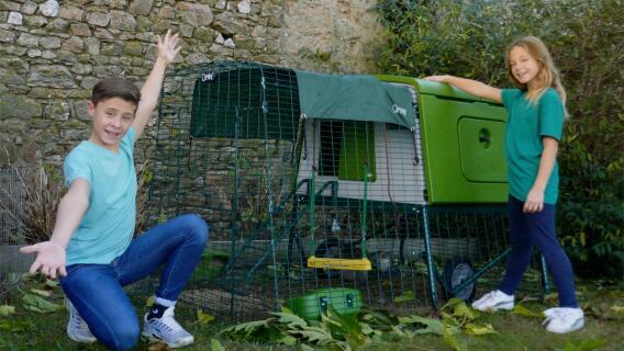 Gabin et Lili devant leur Grand Poulailler Eglu Cube