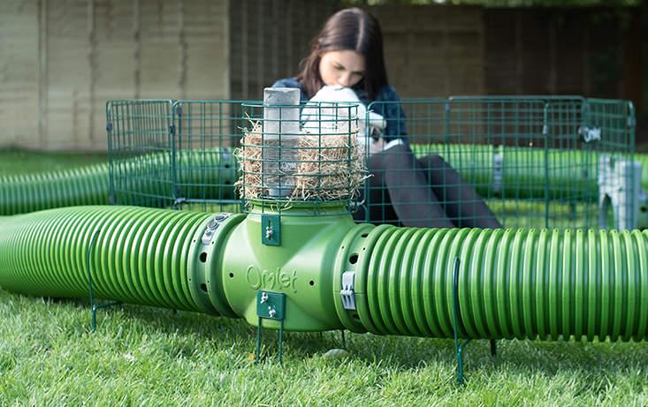 Zippitunnlarna kan anpassas med höställ, flera lekhagar och ställ som håller dem ovanför gräsmattan