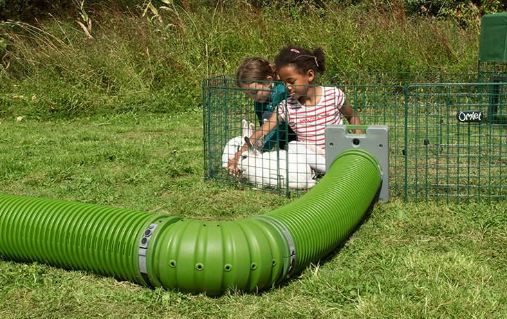 Kombiner Zippitunnelen med en Zippi-innhegning for den perfekte lekeplass til både barn og kanin