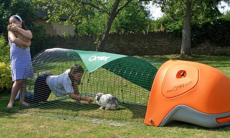 Barn kommer älska att leka med sina kaniner i Eglu Classic-buren
