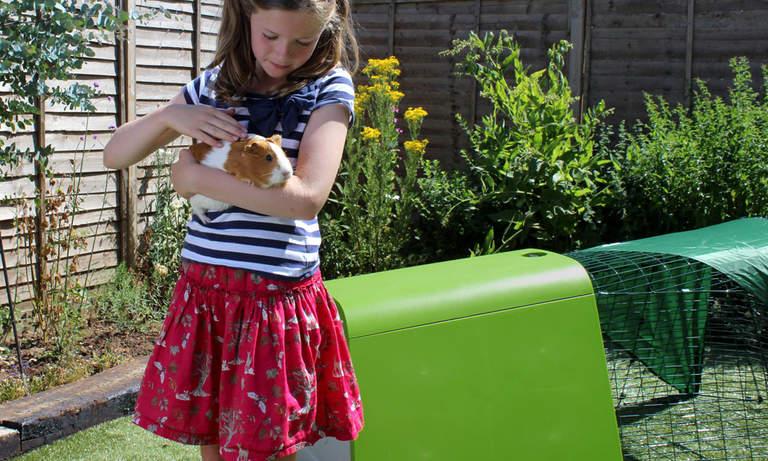 Dzieci uwielbiają spędzać czas ze swoimi świnkami morskimi