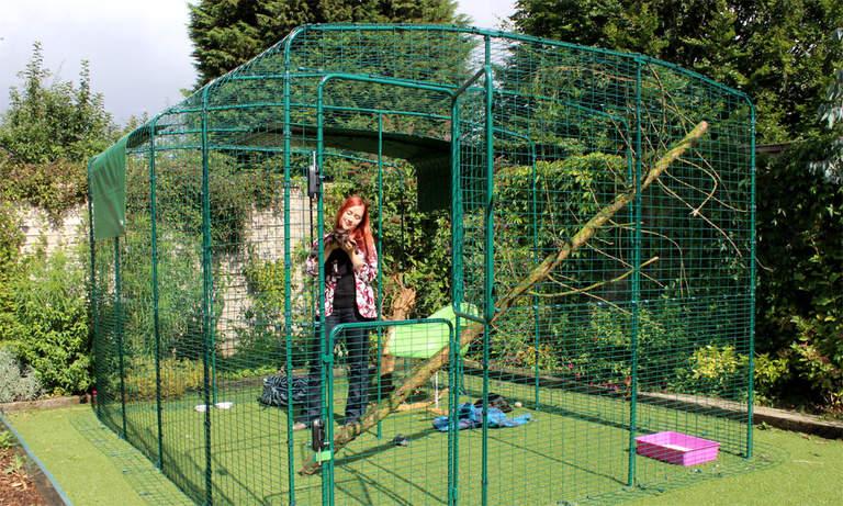 Une femme et son matou dans son grand enclos sécurisé pour chats Omlet