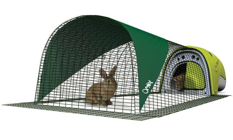 Un Clapier Eglu Classic vert avec son enclos et sa bâche de protection
