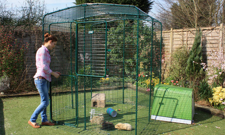 The stable door makes it easy to reach in and pet your guinea pigs or throw in some treats without them escaping