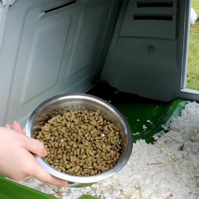 Colocando el bol de comida dentro de la conejera Eglu Go