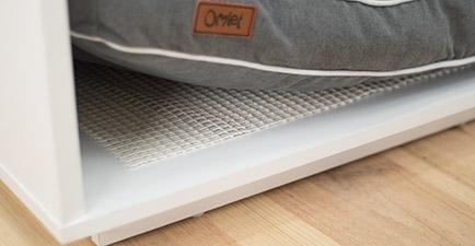 Den halkfria mattan håller din hunds säng på plats