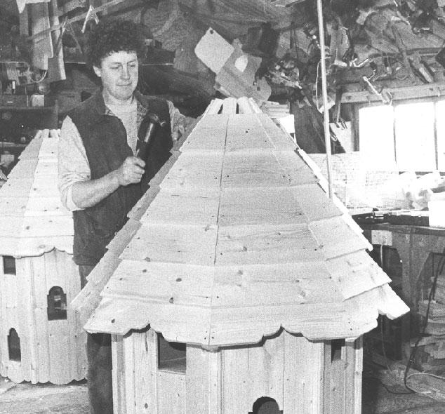 Gammelt foto hvor et Forsham fuglehus bliver bygget.