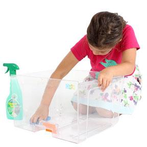 En pige tørrer bundbakken af.