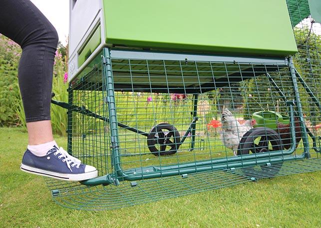 Mit den Rädern wird der Eglu Cube zum Hühnermobil.