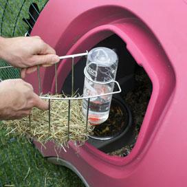 Die Heuraufe samt Wasserflasche kann aus dem Kaninchenstall herausgenommen werden.