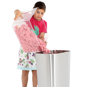 fille-qui-nettoie-le-bac-de-la-cage-qute