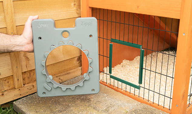 Dörramen kan fästas på alla sorters nät eller fasta ytor