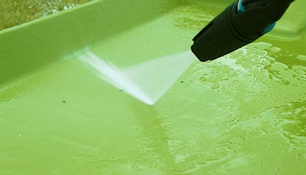 Le nettoyage du poulailler Eglu Cube avec un jet d'eau à pression en un temps record